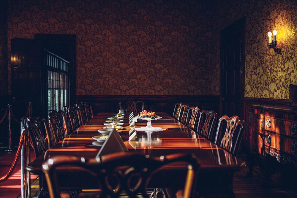 光が差し込むテーブル