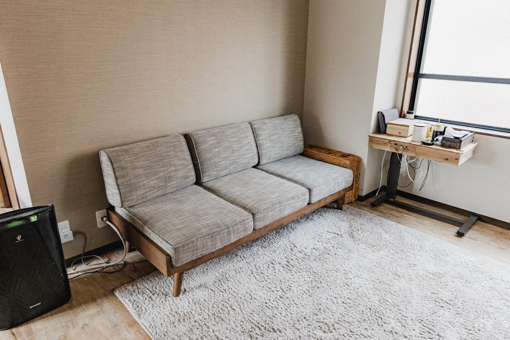 座面の高いソファ
