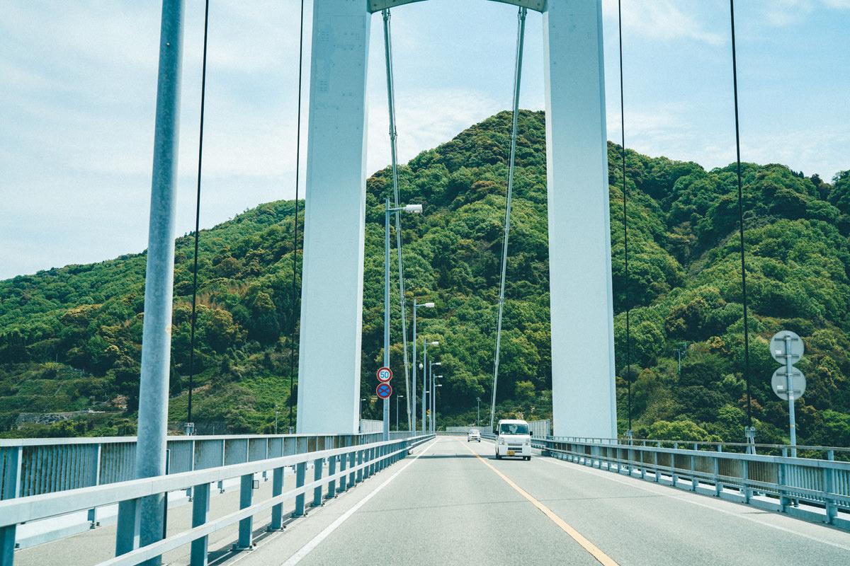 橋を渡って向かう道中