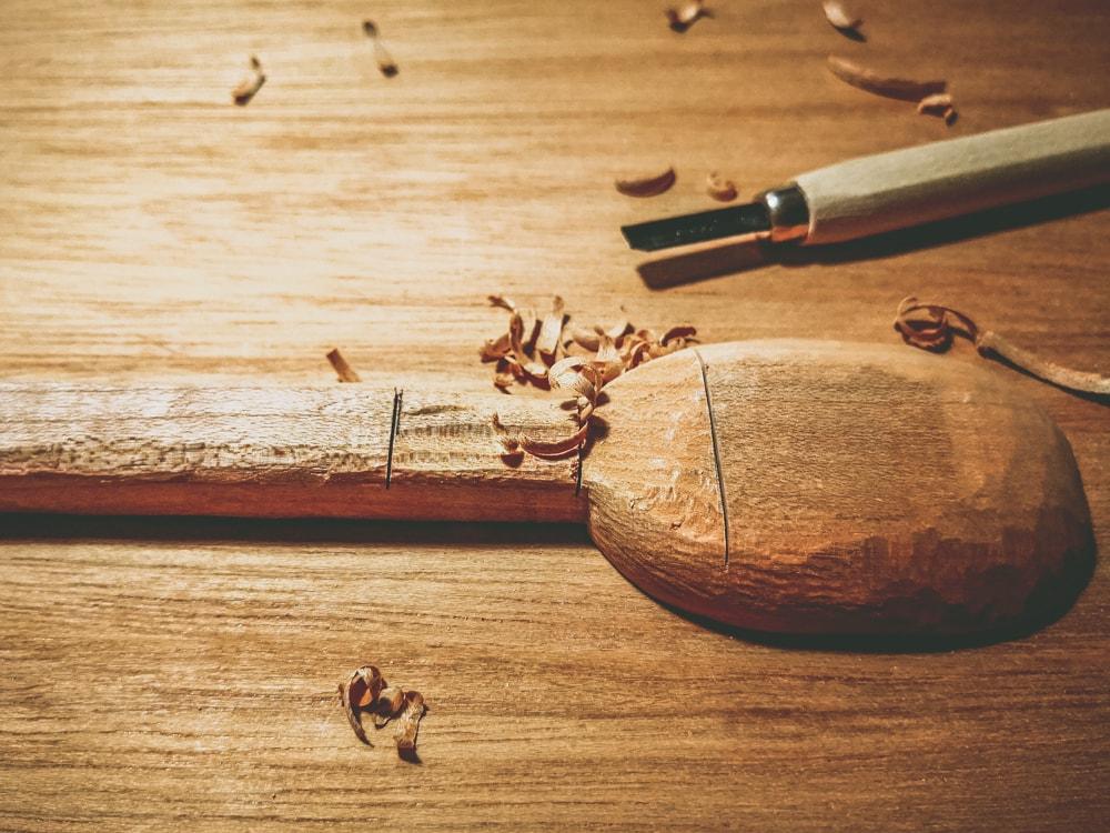 彫刻刀で削る