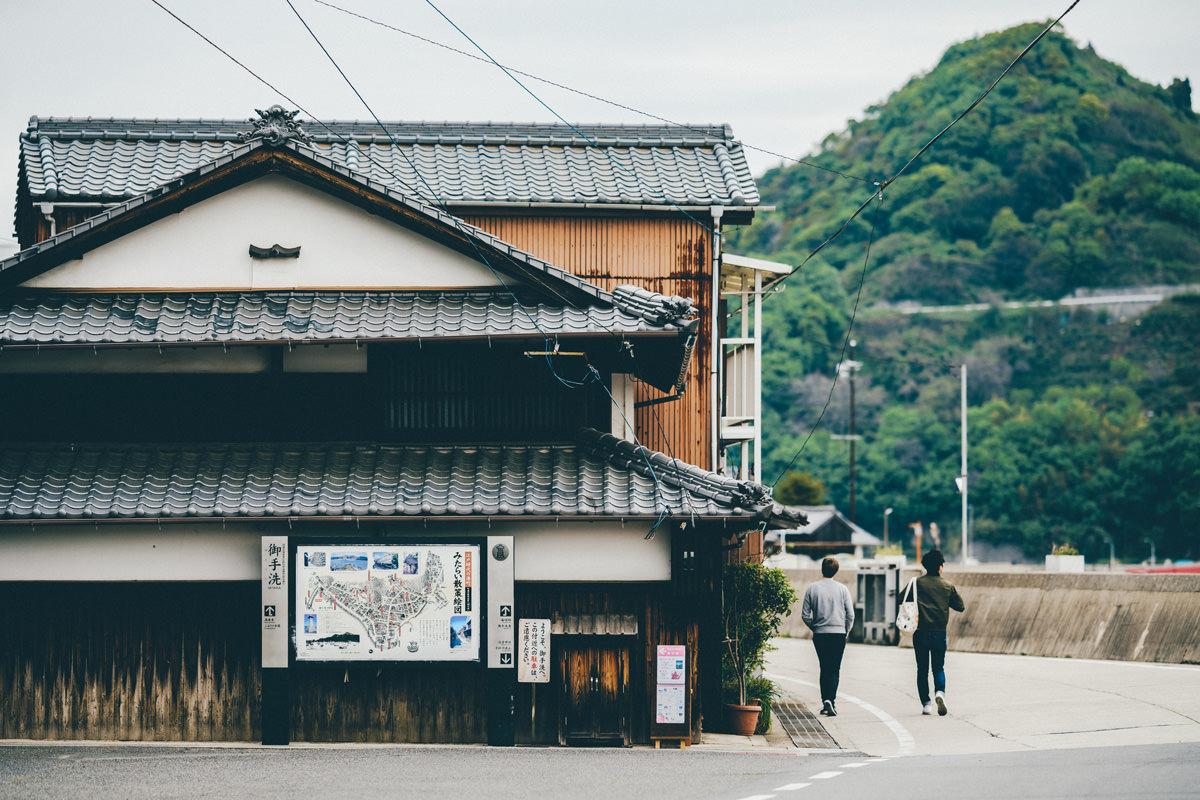 古民家と観光客